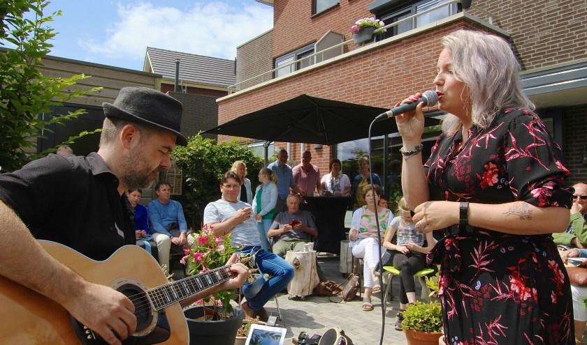 Veel publiek komt af op het duo MOOD tijdens Struinen in de tuinen in Huissen waar op dertien locaties muziek klinkt. (foto: Kirsten den Boef)