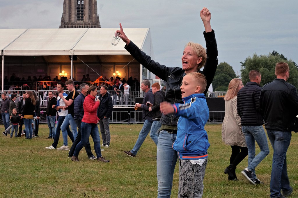 Joep van 8 samen met zijn moeder Karina Janssen uit Rhenen op de Rijnweek. (Foto: Max Timons)   © Persgroep
