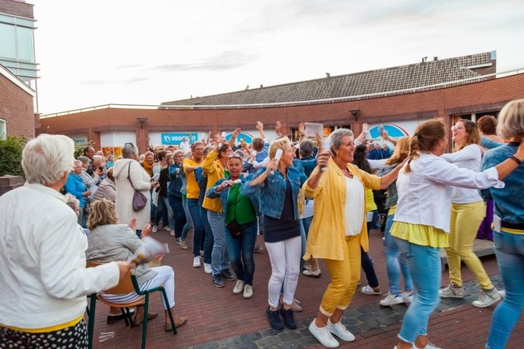 Tijdens de laatste medley was het feest zo groot, dat het koor het podium in polonaise verliet.  © Persgroep