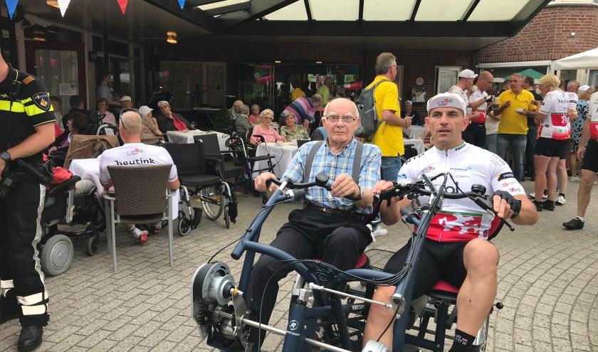 De deelnemers moest al 102 kilometer op de wielerfiets, maar ook nog eens op duofiets met de cliënten.