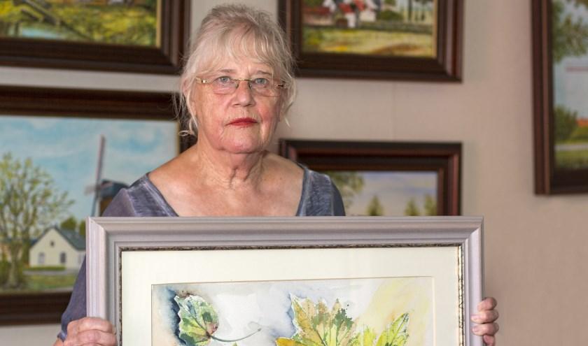 Anneke Lukkezen neemt met pijn in het hart afscheid van haar schilderijen en die van haar overleden man. (foto: Bas Bakema)