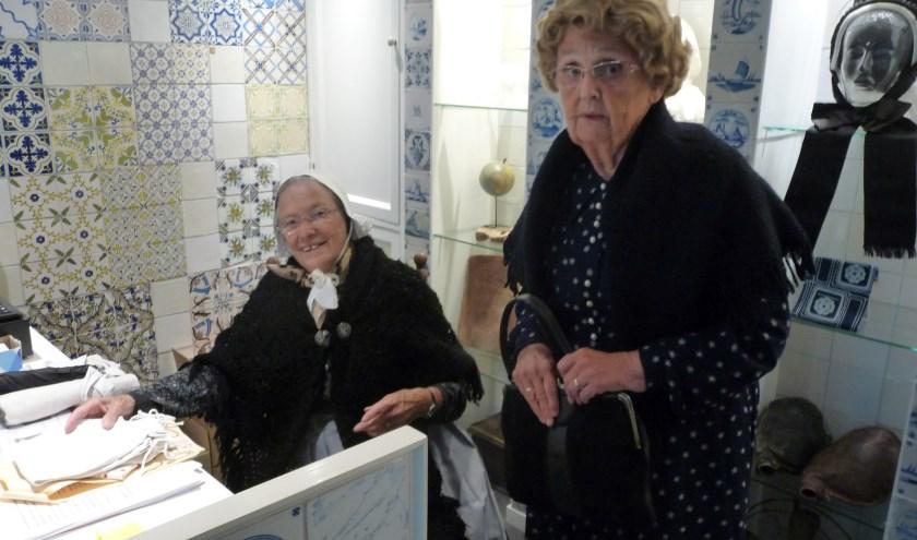 Rikie Loodeweegs (links) en Gerrie te Velthuis, twee enthousiaste vrijwilligers van museum De Scheper. Er wordt een expositie ingericht over het textielverleden van Eibergen. Deze twee dames openen de expositie volgende week.