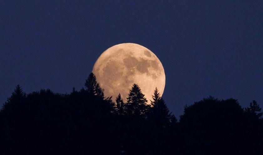 De maan zoals we die regelmatig aan de hemel kunnen bewonderen. Tijdens een maansverduistering is dat wel anders.