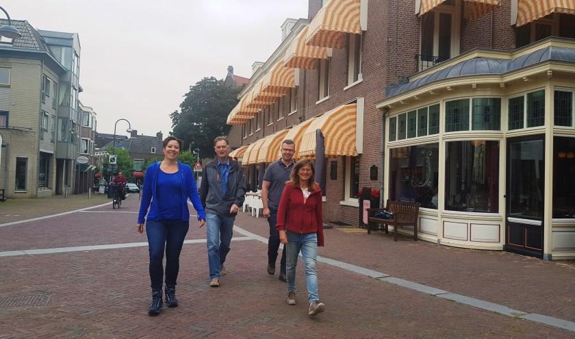 Ilonne Bongers, Wim Huijser, Robert Frijlink en Lysbeth Beels bij Hotel De Wereld, begin- en eindpunt van het Pad van de Vrijheid.