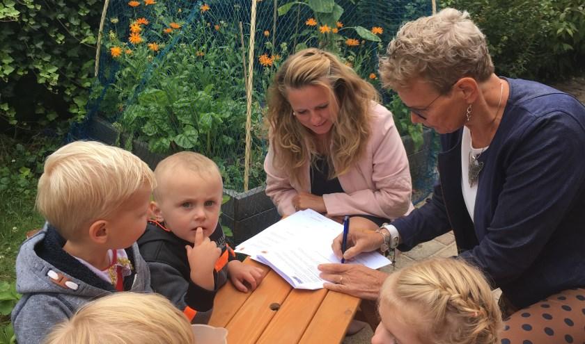 Wethouder Liesbeth Vos en Patricia Nicolay (SKO) ondertekenen de samenwerkingsovereenkomst.(Foto: JOGG en SKO)