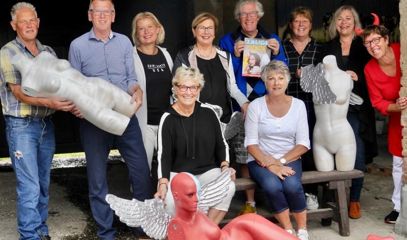 De organisatie in Overloon. Staand tweede rechts Patty Hofmans, tweede links Theo Verdijk. (foto: Schijt aan de Grens)
