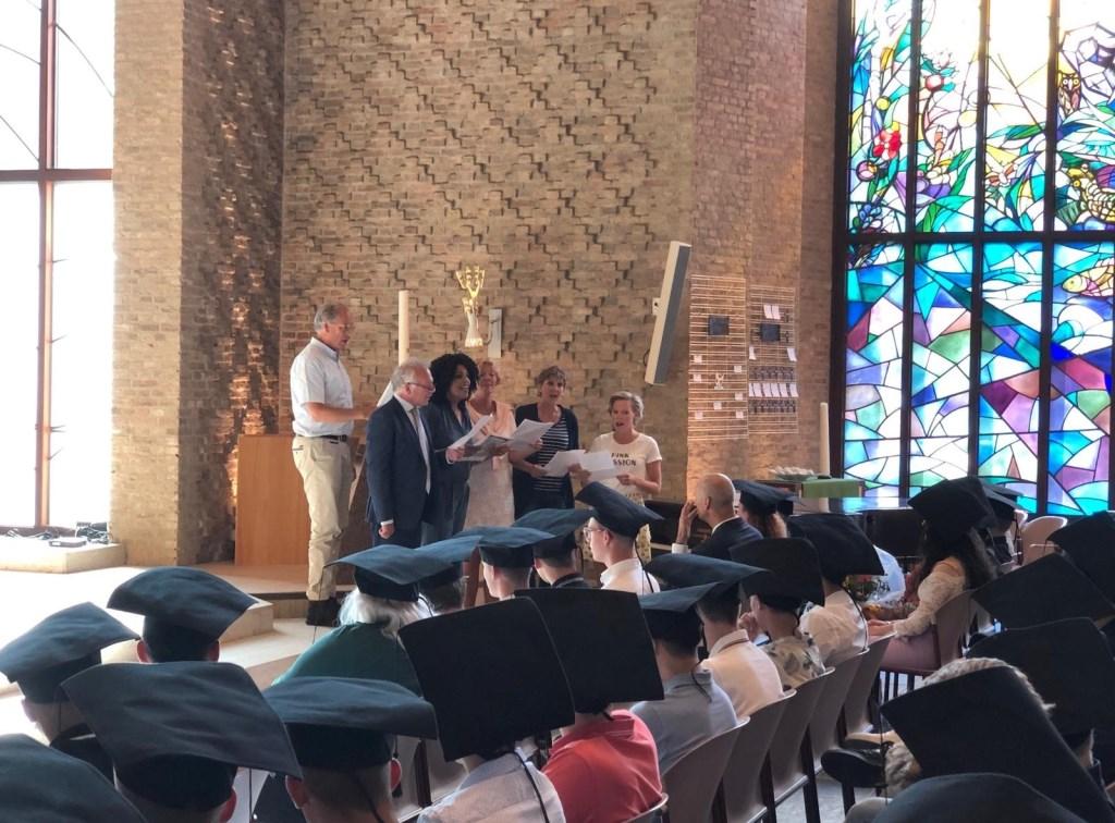 Ook de leraren hadden een rol bij de diploma-uitreiking.  © Persgroep