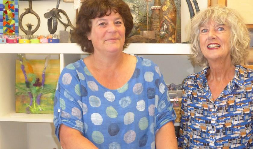 Ludewien Zweerus (r) en Jacqueline de la Rie (l) organiseren kunstuitjes 'voor mensen zonder museumjaarkaart' (foto: Corry Florijn)