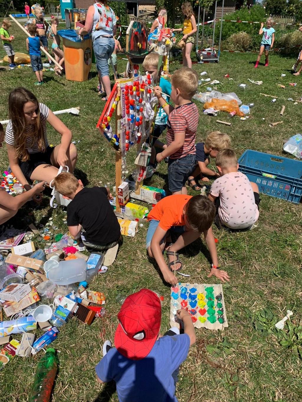Kinderen maken een kunstwerk van afvalproducten  © Persgroep