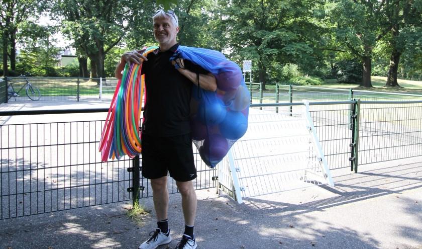 De trainer neemt zelf allerlei sport- en spelmateriaal mee zoals ringen, ballen, en hockeysticks. FOTO: Ad Adriaans.