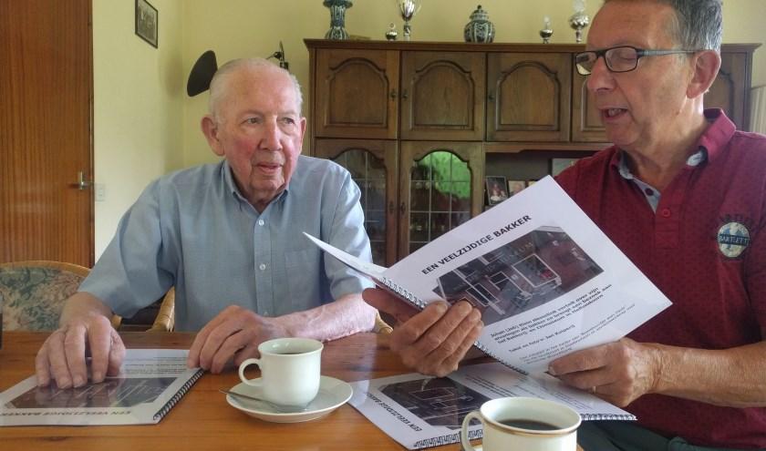 Johan luistert aandachtig naar zijn verhaal over zijn verleden en recente museumbezoek dat is opgeschreven door Jan. (foto: Feikje Breimer)