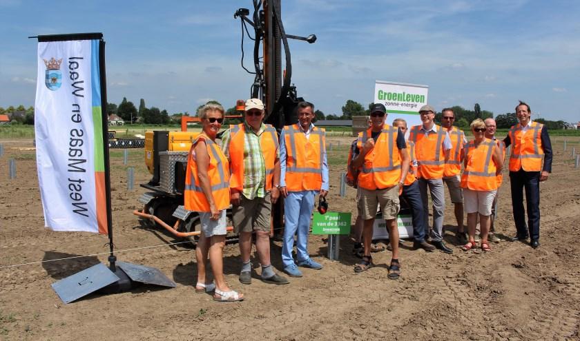 Wethouder Ton de Vree, Roland Pechtold van GroenLeven en een aantal omwonenden op de locatie van het zonnepark. (Foto: Reinier Jansen)