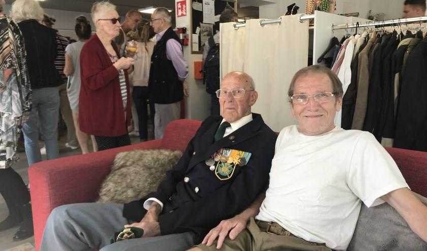 Willem Scheringa (links) opende Bij Bosshardt Roosendaal als eerste bezoeker. Adrian (rechts) is blij met de komst van de vestiging.