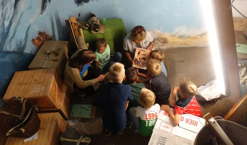 Bij een kinderfeestje mochten de kinderen mee naar een geheime plek achter in het museum: de verhalenput. Foto: Natuurmuseum Holterberg.