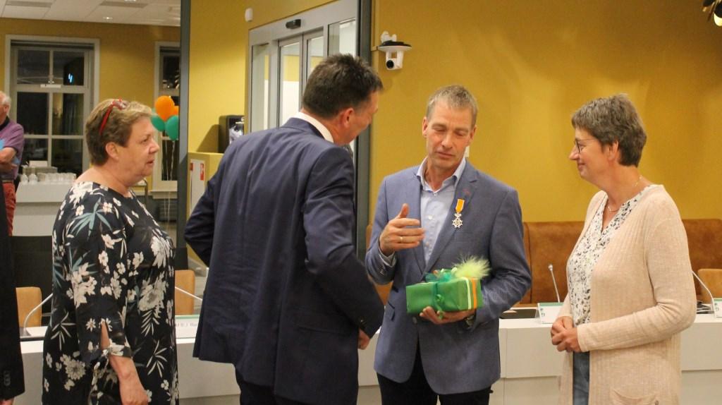 Cadeaus en felicitaties voor Johan Pennings.  Foto: Leo van der Linde © Persgroep