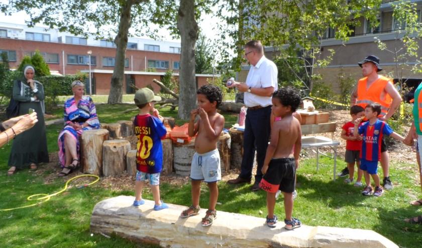 De gebiedsvoorzitter opent de Wipkiploze natuur-buurtspeeltuin tussen Lavasweg en Max Havelaarweg en prijst het initiatief van de bewoners. Tekst en foto: Joop van der Hor