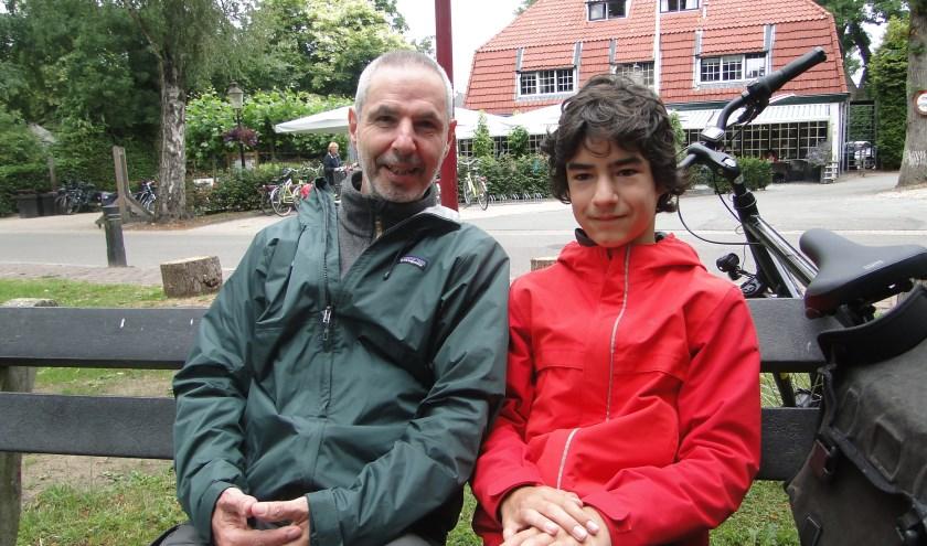 Frank en Luka IJzendoorn uit Mook, samen op het bankje bij de kerk in Kootwijk.
