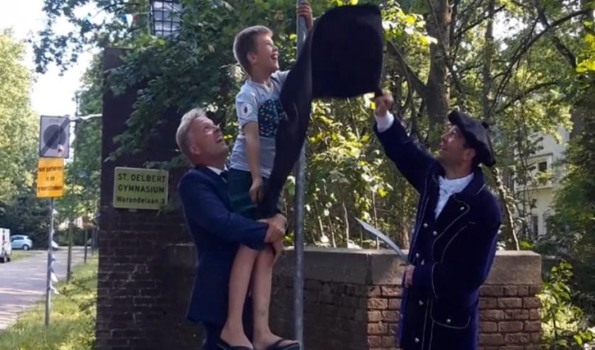 Burgemeester Mark Buijs onthult het Buurtpreventie straatbord bij het Kapucijnenhof.