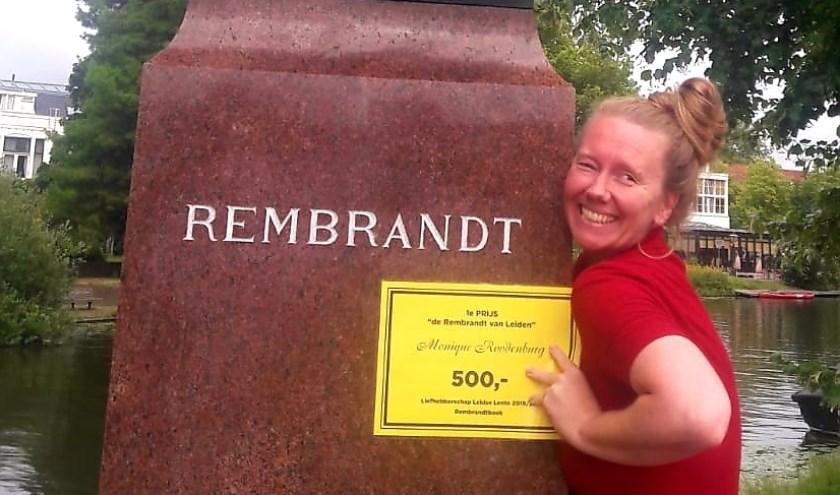Monique Roodenburg bij het standbeeld van Rembrant in Leiden op zijn verjaardag 15 juli