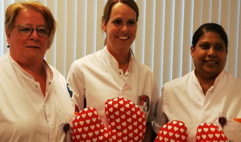 De mammacareverpleegkundigen van het ASz met het door patiënten zeer gewaardeerde kussen. (foto: pr)