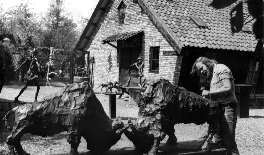 Kunstenaar Jits Bakker bij zijn atelier 'de kooi' in De Bilt omstreeks 1978.