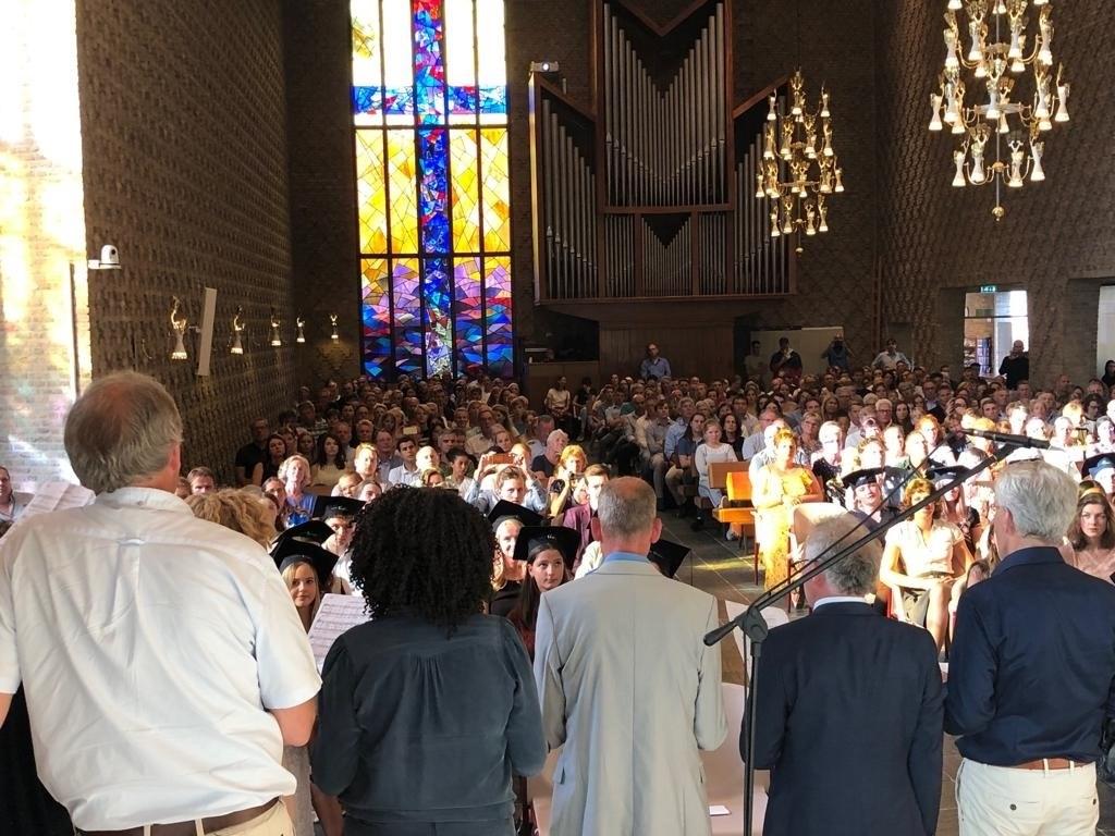 Overzicht van de volle kerk tijdens de diploma-uitreiking.  © Persgroep