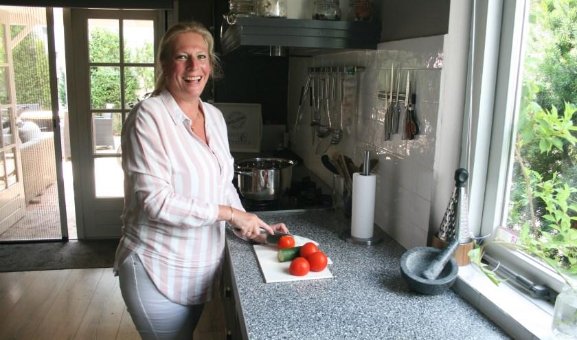Hulp bij de maaltijd bereiden is een van de services die Mariolene aanbiedt.  Foto: Kees Jansen