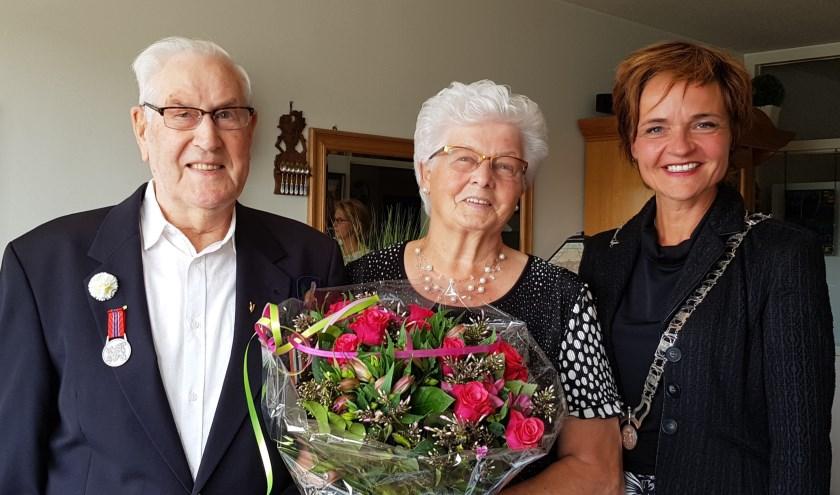 Locoburgemeester Linda van Dort brengt een bezoek aan echtpaar Dhondt in Breukelen. Het echtpaar is 65 jaar getrouwd. Foto: gemeente Stichtse Vecht