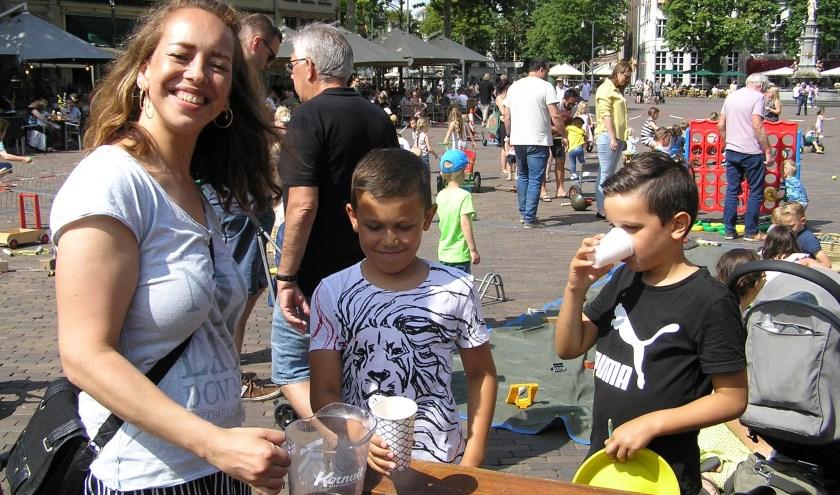 Sem (links) en Noah blazen even uit en drinken ranja bij Jane tijdens Spelen op de Brink op zondag.