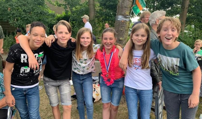 Myrthe (op de foto als derde van rechts) met enkele vrienden en vriendinnen op de tweede dag in Beuningen.
