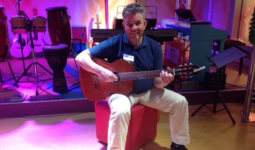 John moest in de Muziekidsstudio voor kinderen liedjes gaan zingen en merkte dat kinderen en hun ouders dat leuk vonden.