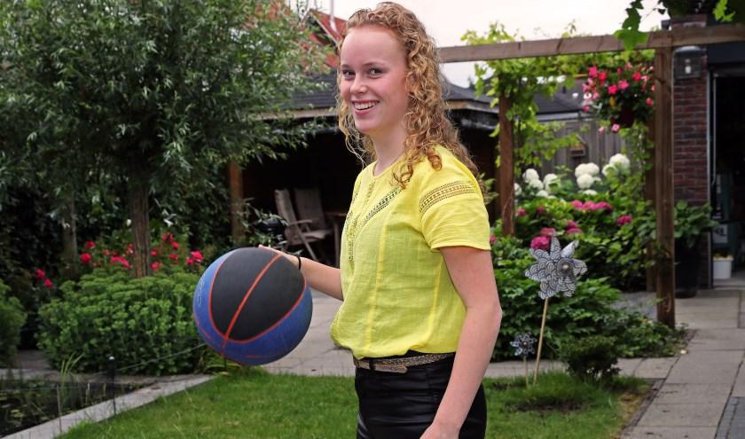 Nienke Verberk, topschutter van basketbalvereniging Helmink Heroes.