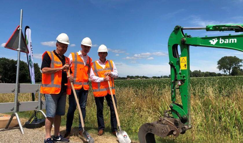 Henk Langen, wethouder Hol en Karl Heinz van der Made (v.l.n.r.) zetten samen de eerste schop in de grond.