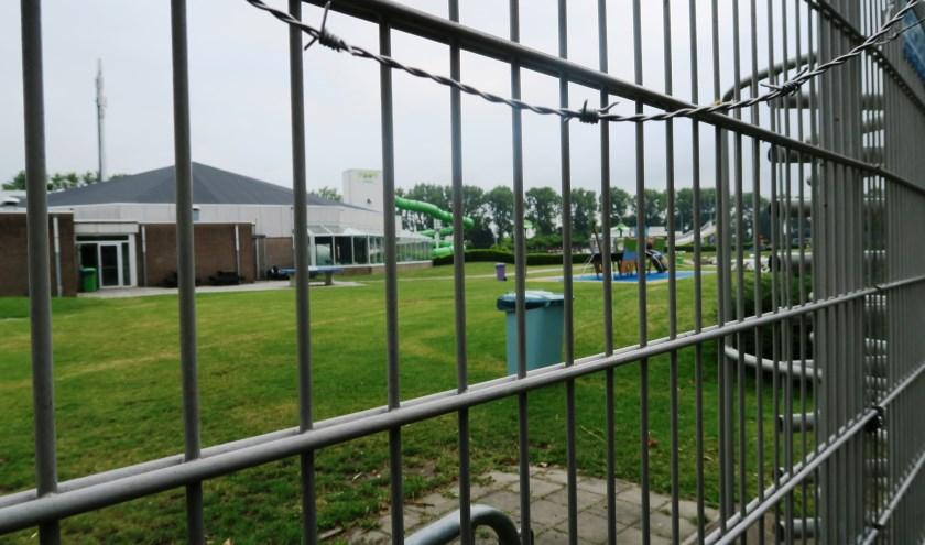 Leefbaar betwijfelt of het net aangebrachte prikkeldraad voldoende is om te voorkomen dat over de hekken wordt geklommen. (foto GvS)
