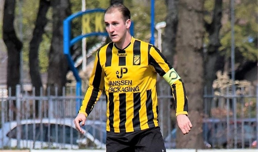 """Dylan den Exter maakt zich op voor een avontuur in het zaterdagvoetbal: """"Ik ben verdedigende middenvelder en bij Almkerk kwam een plekje vrij. Men wilde mij er graag bij hebben""""."""