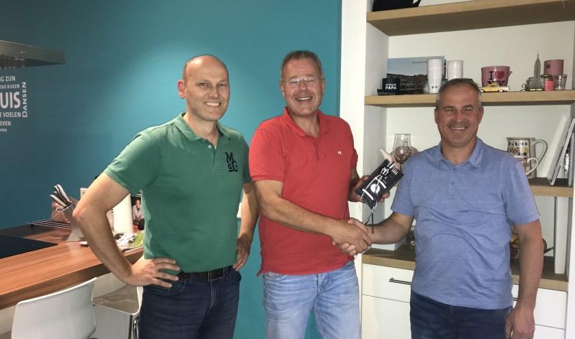 Jan-Herman Reuvekamp overhandigde een dinerbon aan Bas Schuurmans en zijn zwager Johan uit Uden.