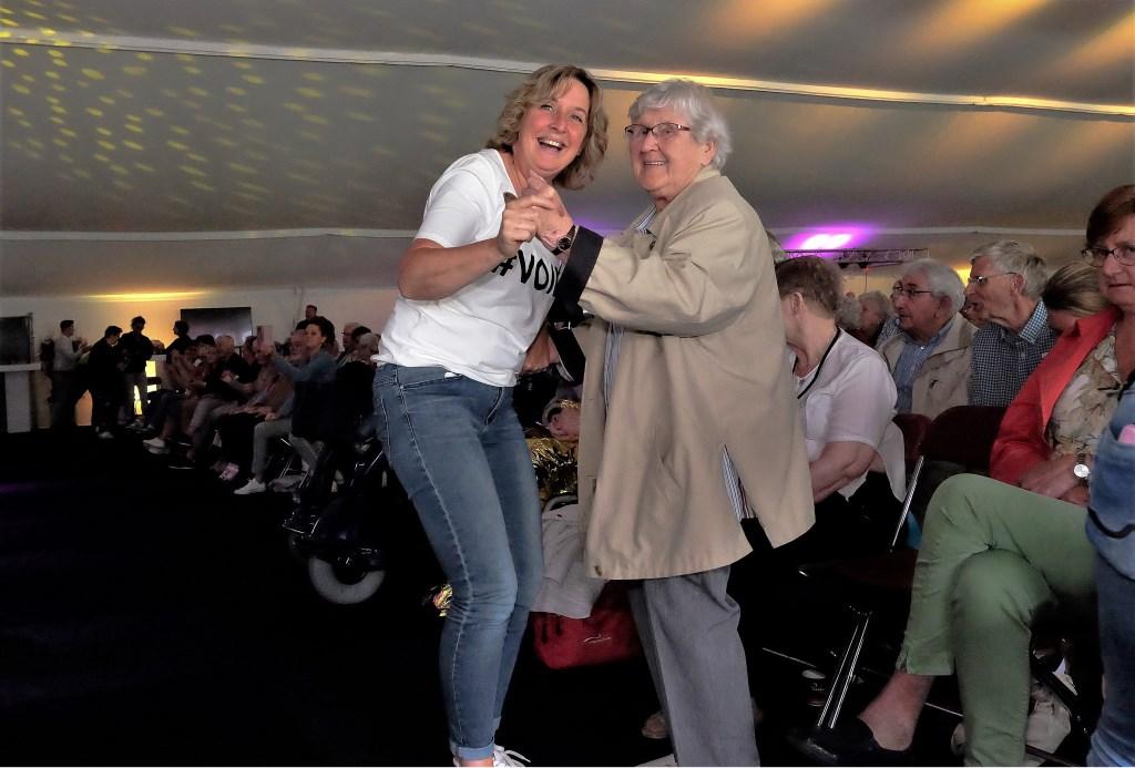 Marijke met oudere dame aan het dansen  © Persgroep