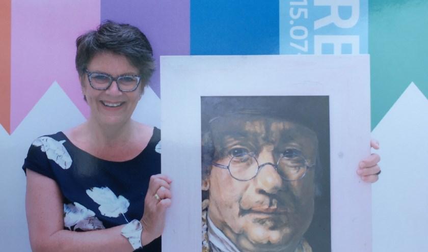 De schilderes met haar werk. (Foto: Privé)
