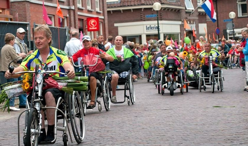De rolstoelers en handbikers leggen verre afstanden af, tot Deurningen aan toe. Foto: facebook.com/twentserolstoelvierdaagse