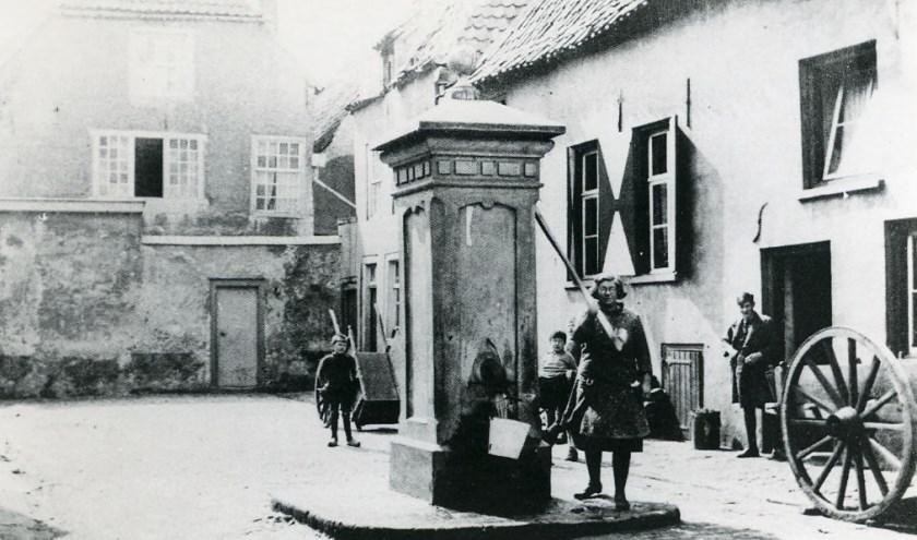 Centraal op het plein een grote stenen pomp. (Foto: Fotostudio Jean Smeets, collectie BHIC)