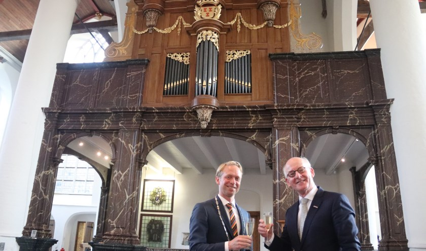 Burgemeester Grootheest en voorzitter Zielhorst toosten op de viering 300 jaar Verhofstadtorgel.
