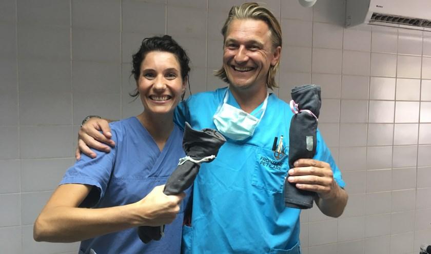 Zuilichemse dierenarts Jolande van den Broek met Piet Hellemans op Curaçao: klaar om honden en katten te castreren en te steriliseren.