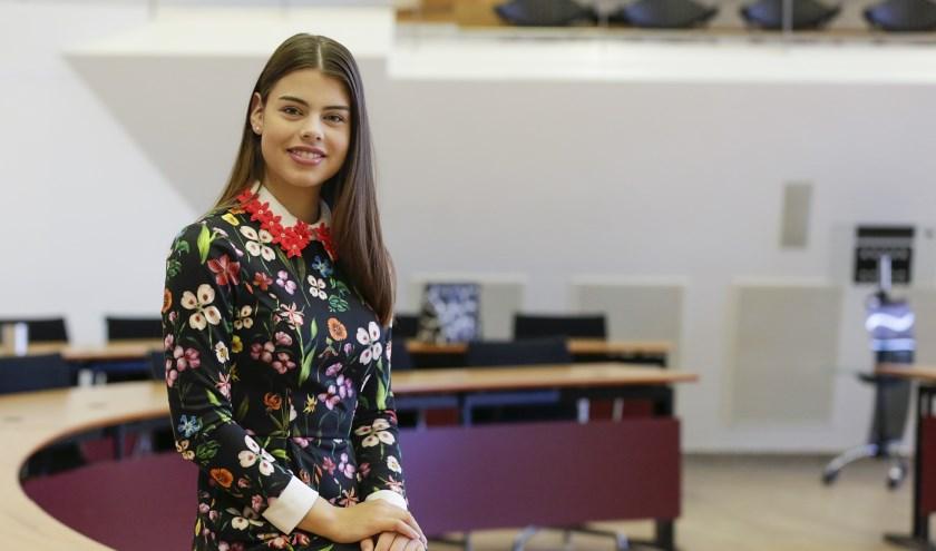 Renée Smulders (19) verlaat de Valkenswaardse gemeenteraad, die niet langer met haar studie te combineren is. Foto: Jurgen van Hoof