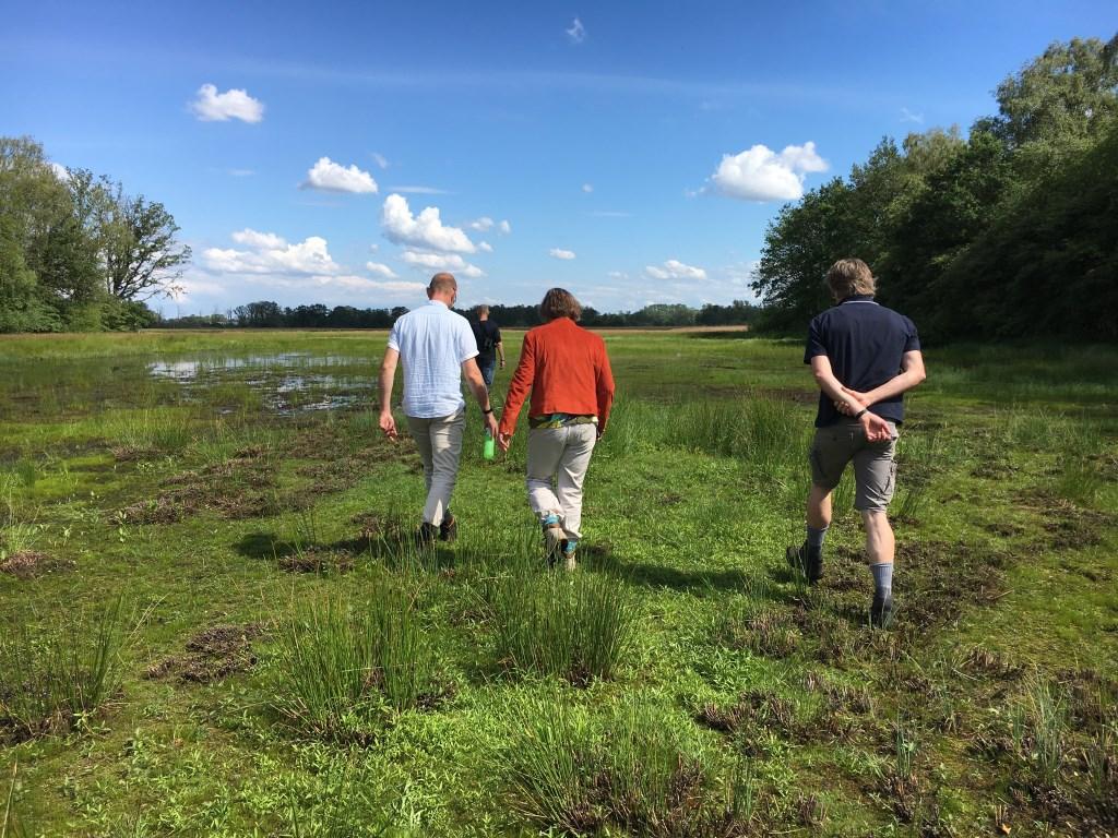Tijdens de veldexcursie over de Zunasche Heide krijgen deelnemers inzicht in de herinrichting van dit prachtige gebied.  © Persgroep