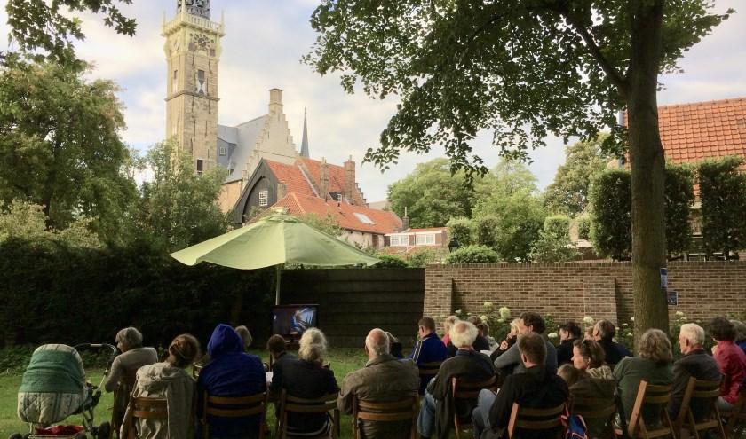Publiek in luistertuin tijdens een zomeravondconcert. FOTO: D. VAN DER VLIES