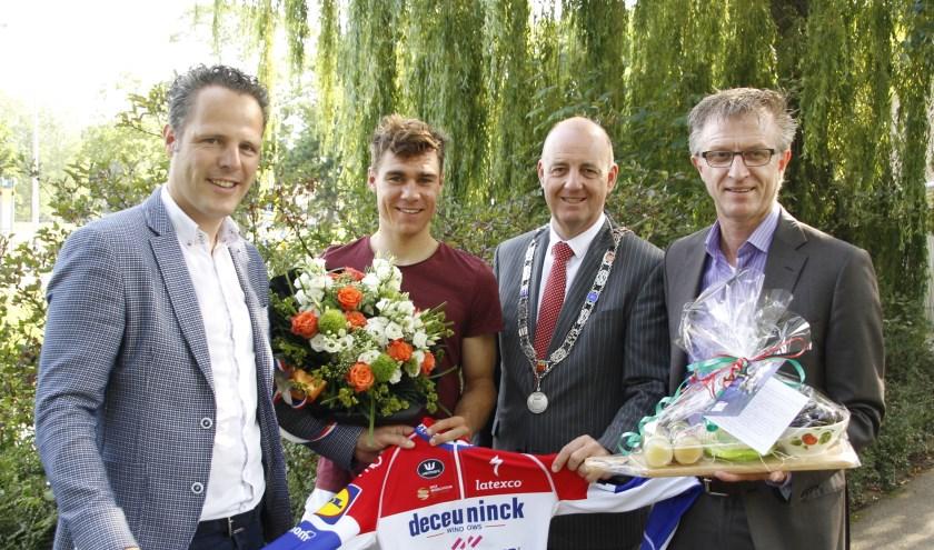 Wethouder Rutger van Stappershoef, Fabio Jakobsen, loco-burgemeester Ton van Maanen en wethouder Ed Goossens.