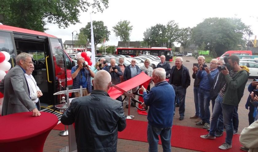 Even het lintje doorknippen en het was officieel: de nieuwste buurtbussen kunnen gaan rijden vanuit Weerselo.
