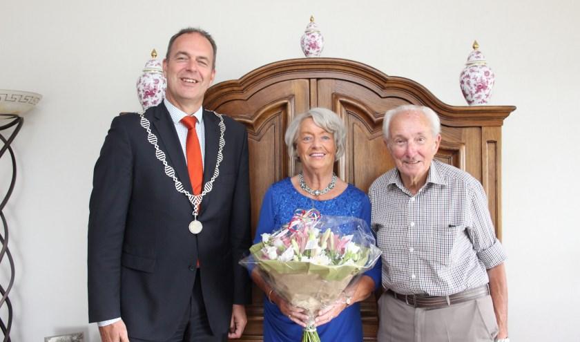 Burgemeester Jaap Paans kwam het bruidspaar namens het gemeentebestuur feliciteren. (Foto: Ria Scholten)