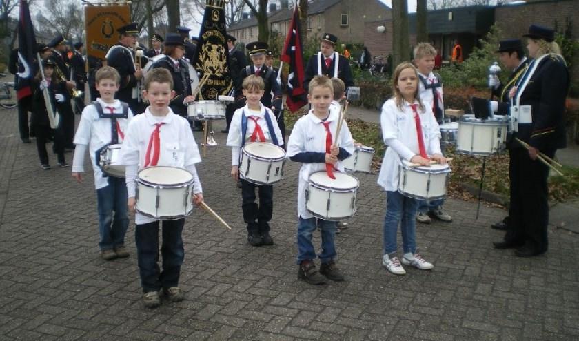 De slagwerks voorop tijdens de Sinterklaasintocht