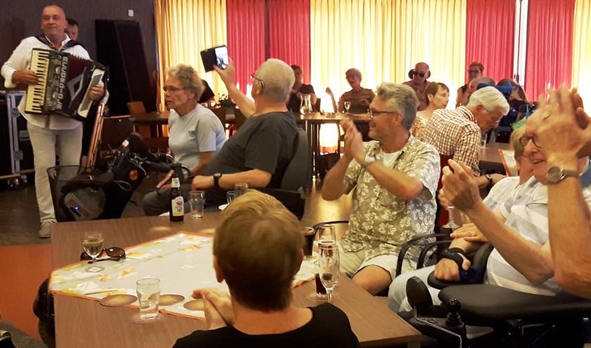 Volle bak tijdens het jubileumfeest van het VrijdagMiddagCafé van zorgcentrum Vrijthof, een maandelijkse activiteit voor cliënten en hun naasten.